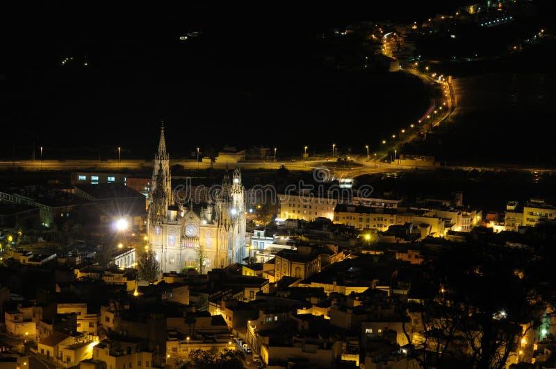 Ciudad amarilla magnífica en la noche fotografía de archivo
