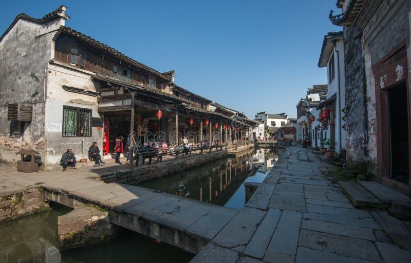 Ciudad antigua china del agua con el puente, la casa, la cultura y la reflexión de la tradición imagen de archivo