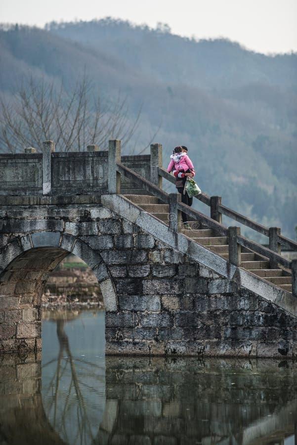 Ciudad antigua china del agua con la gente, la casa, la cultura y la reflexión de la tradición imágenes de archivo libres de regalías