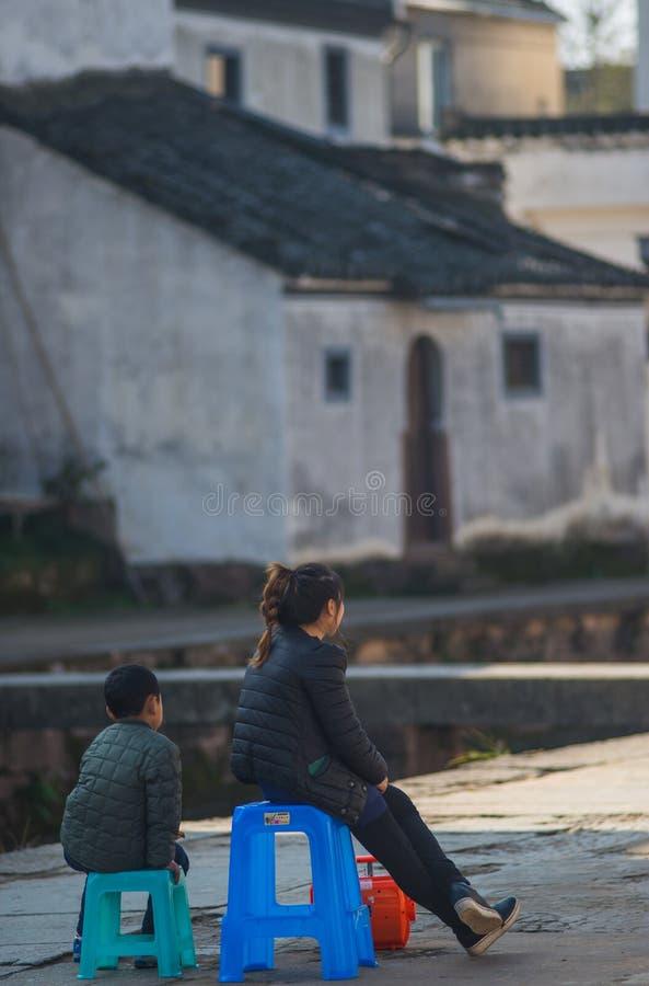 Ciudad antigua china del agua con la gente, la casa, la cultura y la reflexión de la tradición imagenes de archivo