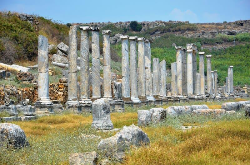 Ciudad antigua de Antalya Perge, el ágora, el imperio romano antiguo, espacio vital, pilares espectaculares e historia fotografía de archivo