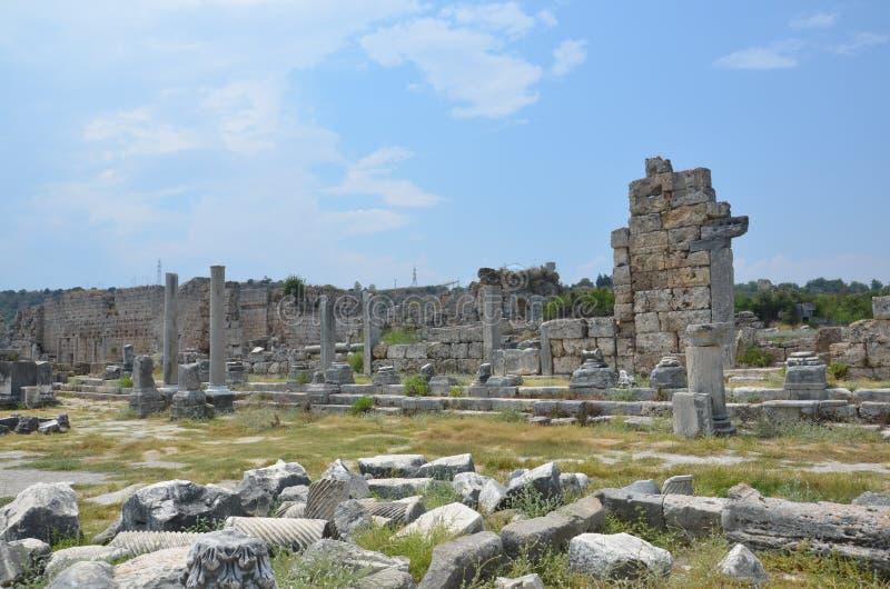 Ciudad antigua de Antalya Perge, el ágora, el imperio romano antiguo, espacio vital, pilares espectaculares e historia fotografía de archivo libre de regalías