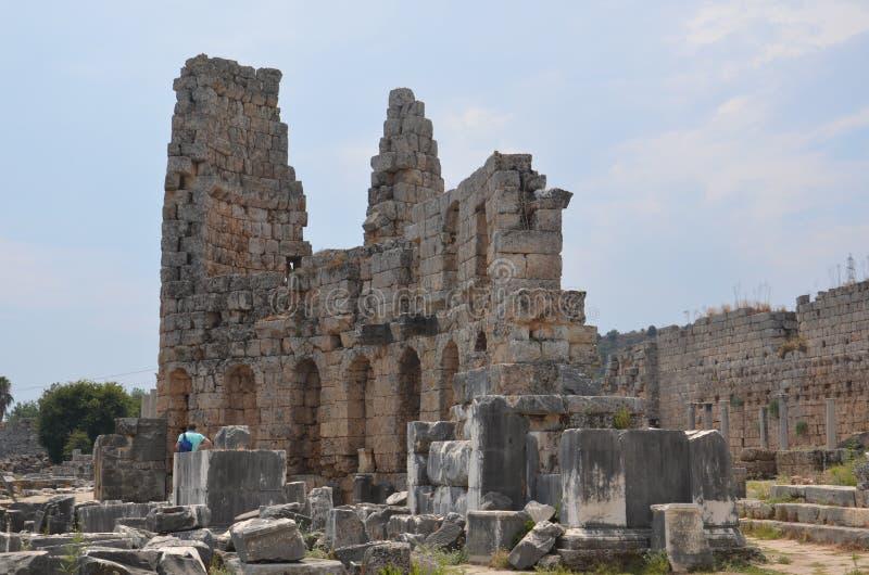 Ciudad antigua de Antalya Perge, el ágora, el imperio romano antiguo, espacio vital, pilares espectaculares e historia fotos de archivo