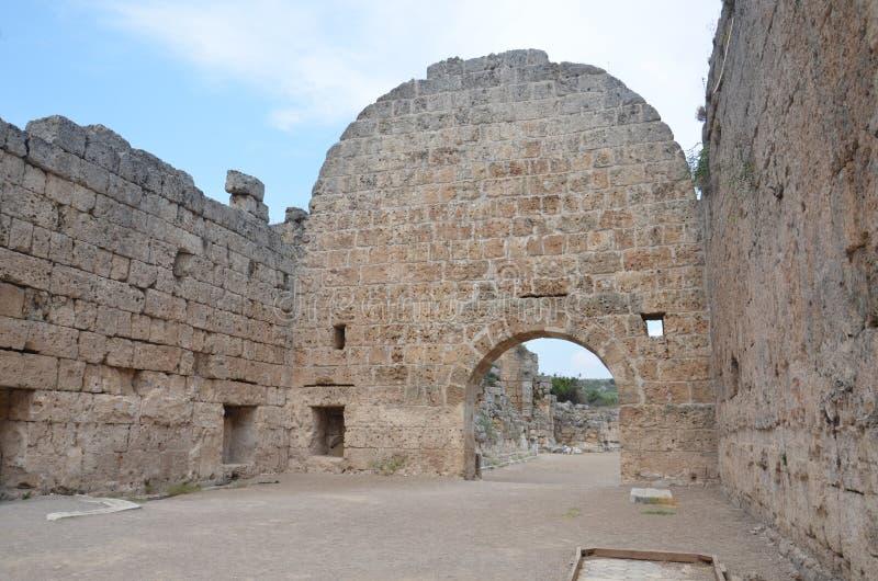 Ciudad antigua de Antalya Perge, el ágora, Roman Empire antiguo, pilares espectaculares e historia imagenes de archivo