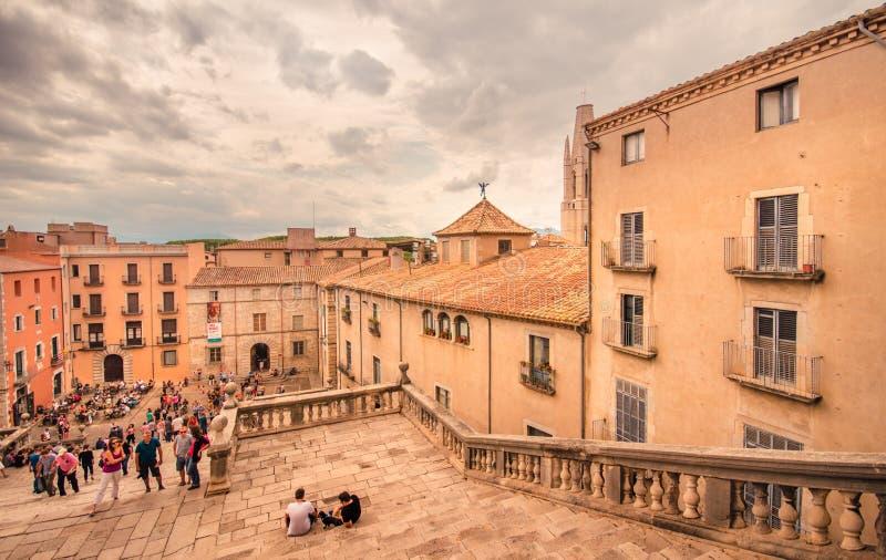 Ciudad antigua - Girona, cuadrado de la catedral fotografía de archivo