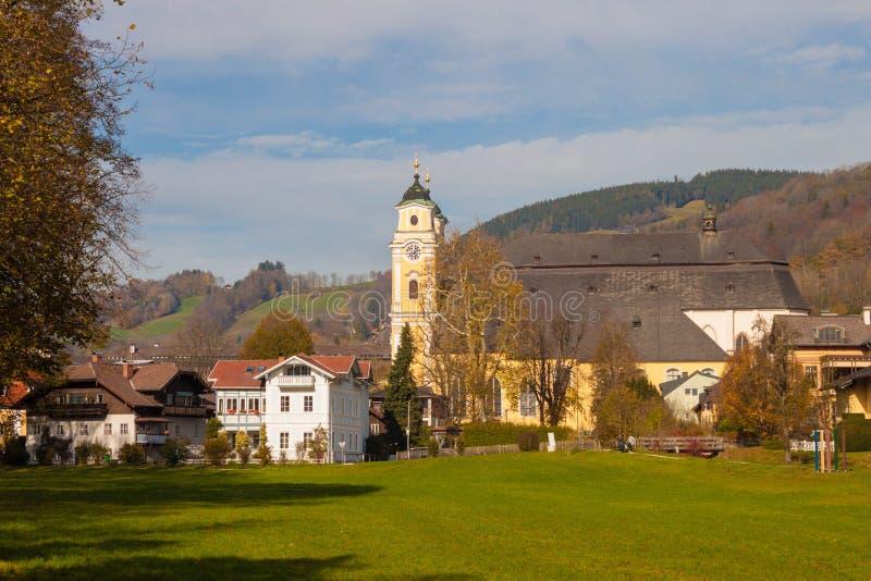 Ciudad austríaca Mondsee y la iglesia colegial de San Miguel foto de archivo