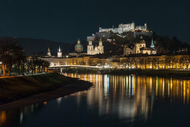 Ciudad austríaca Salzburg en la noche de la Navidad imagen de archivo