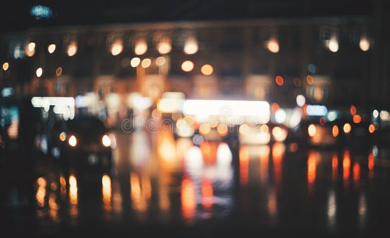 Ciudad borrosa en la noche Bokeh abstraiga el fondo fotos de archivo