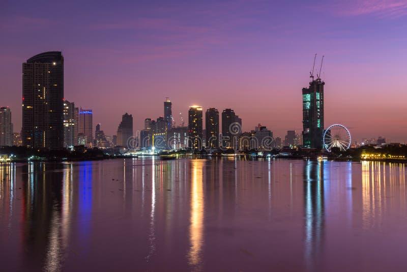 Ciudad céntrica en la salida del sol con la reflexión del horizonte, Bangkok, Tailandia de Bangkok imágenes de archivo libres de regalías
