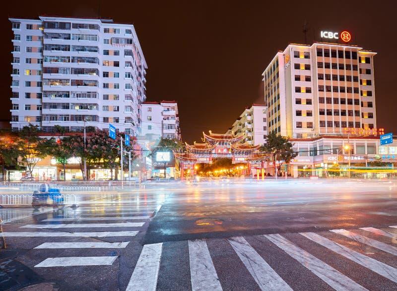 Ciudad céntrica iluminada de Kunming en la noche lluviosa fotos de archivo libres de regalías