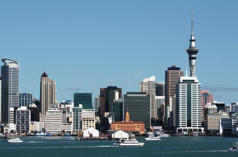 Ciudad CBD de Auckland, torre del cielo y línea de costa imagen de archivo libre de regalías