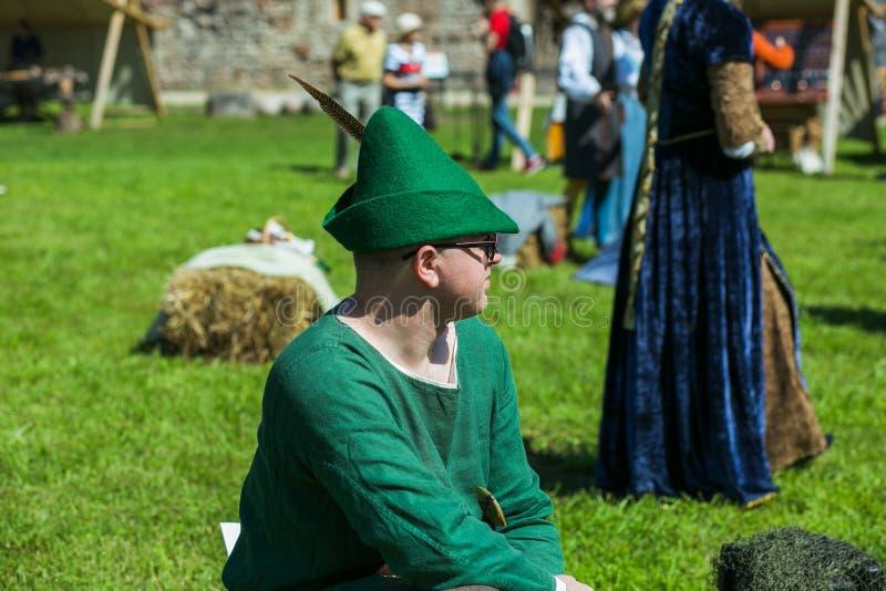 Ciudad Cesis, rep?blica letona En un festival medieval de la ciudad de la danza, danza de la gente en ropa medieval 20 de julio d foto de archivo libre de regalías