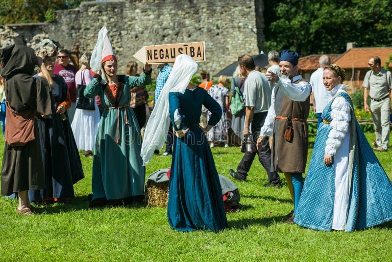 Ciudad Cesis, rep?blica letona En un festival medieval de la ciudad de la danza, danza de la gente en ropa medieval 20 de julio d fotos de archivo libres de regalías