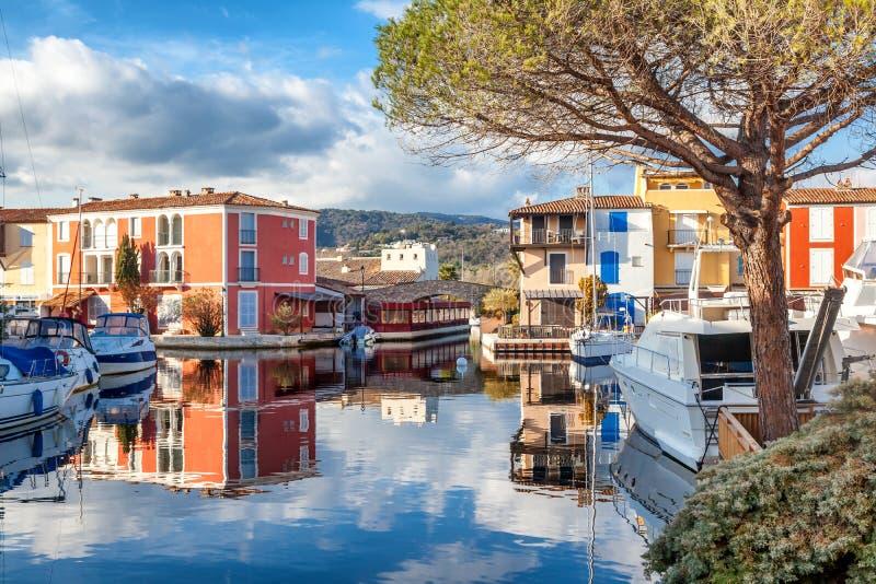 Ciudad colorida en el agua, puerto de Grimaud, ` Azur, franco de CÃ'te d imagenes de archivo