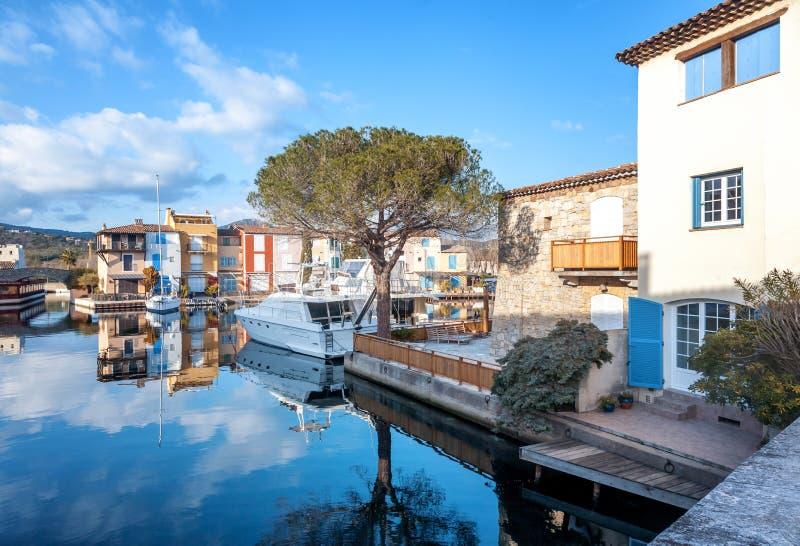 Ciudad colorida en el agua, puerto de Grimaud, ` Azur, franco de CÃ'te d imagen de archivo