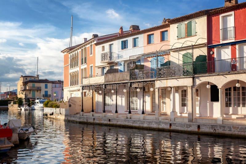 Ciudad colorida en el agua, puerto de Grimaud, ` Azur, franco de CÃ'te d fotografía de archivo libre de regalías