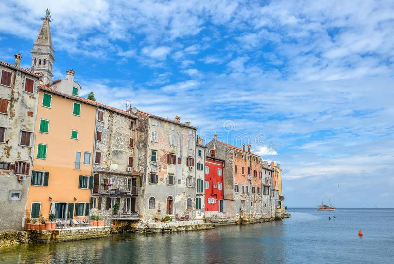 Ciudad costera de Rovinj, Istria, Croacia en madrugada Rovinj - ciudad antigua hermosa y mar adriático foto de archivo libre de regalías