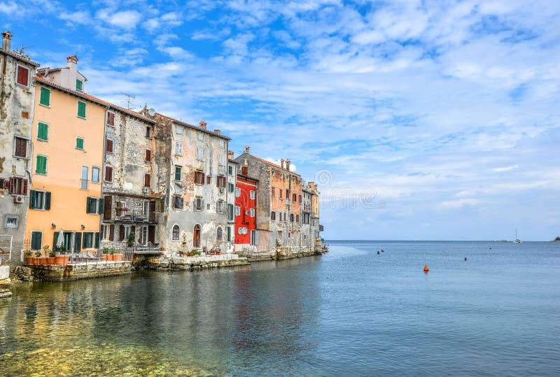 Ciudad costera de Rovinj, Istria, Croacia en madrugada Rovinj - ciudad antigua hermosa y mar adriático imagen de archivo