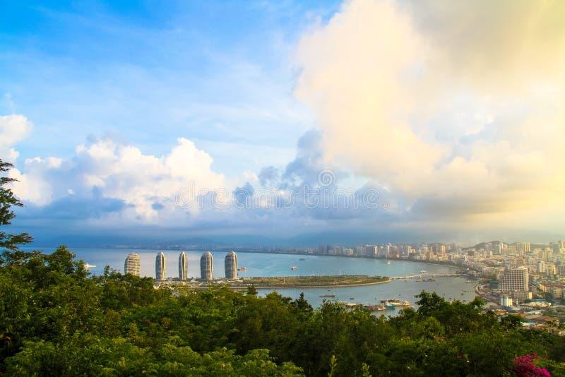 Ciudad costera en el mar foto de archivo
