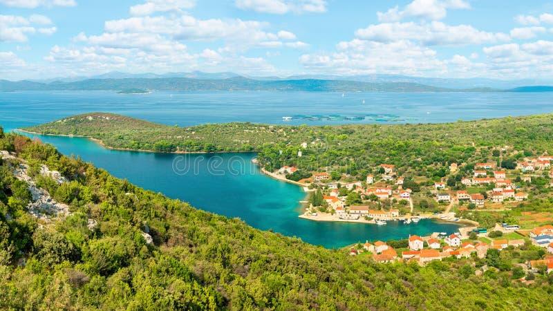 Ciudad costera y mar del top de la montaña foto de archivo libre de regalías