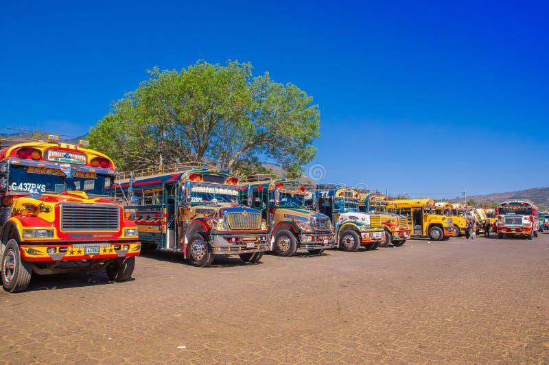 Ciudad de危地马拉,危地马拉, 2018年4月, 25日:典型的危地马拉鸡公共汽车在安提瓜岛,它` s一个名字对于五颜六色 免版税库存图片