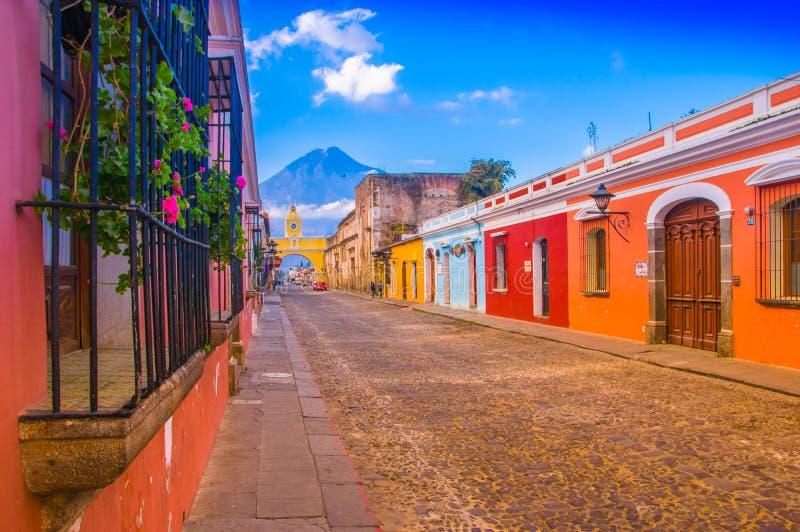 Ciudad de危地马拉,危地马拉, 2018年4月, 25日:在安提瓜岛市大街的都市风景有阿瓜火山的 库存图片