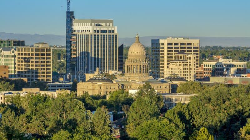 Ciudad de árboles con el edificio de la Capital del Estado de Idaho imagen de archivo