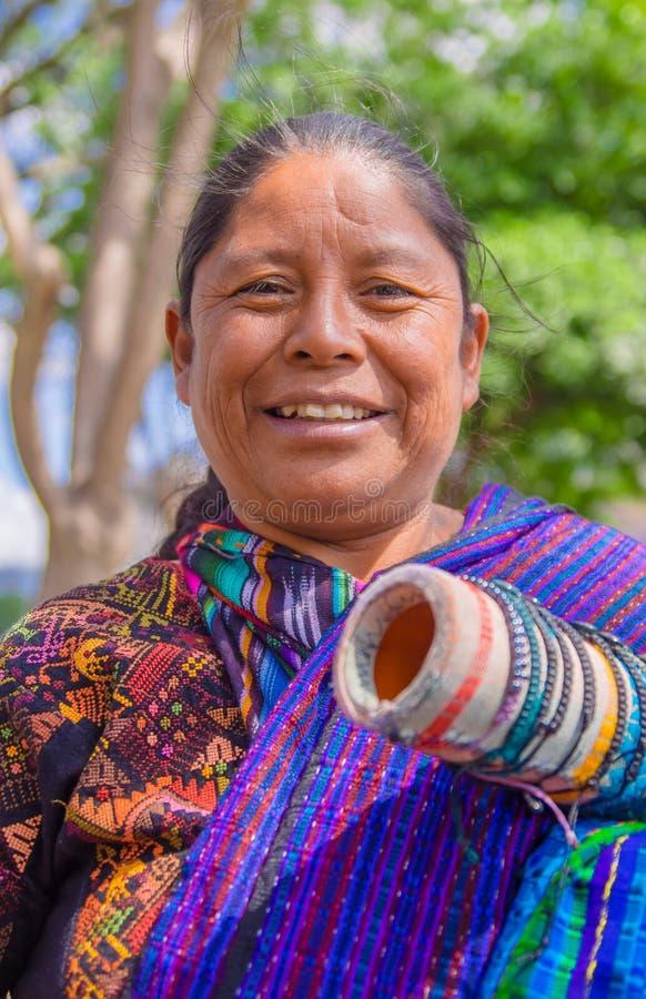 Ciudad de Гватемала, Гватемала, 25-ое апреля 2018: Портрет индигенных майяских женщин рынка продает ремесленничества к стоковое фото rf
