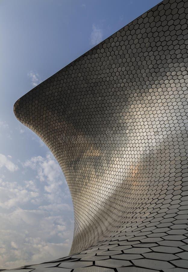 CIUDAD DE МЕКСИКА - МЕКСИКА: НОЯБРЬ 2016: Музей одно Soumaya значков города увиденного от другой точки зрения стоковое фото