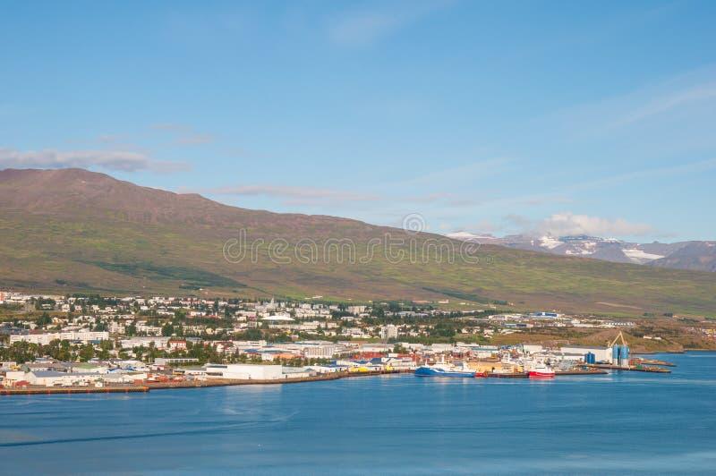 Ciudad de Akureyri en Islandia fotos de archivo