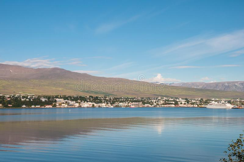 Ciudad de Akureyri en Islandia imagenes de archivo