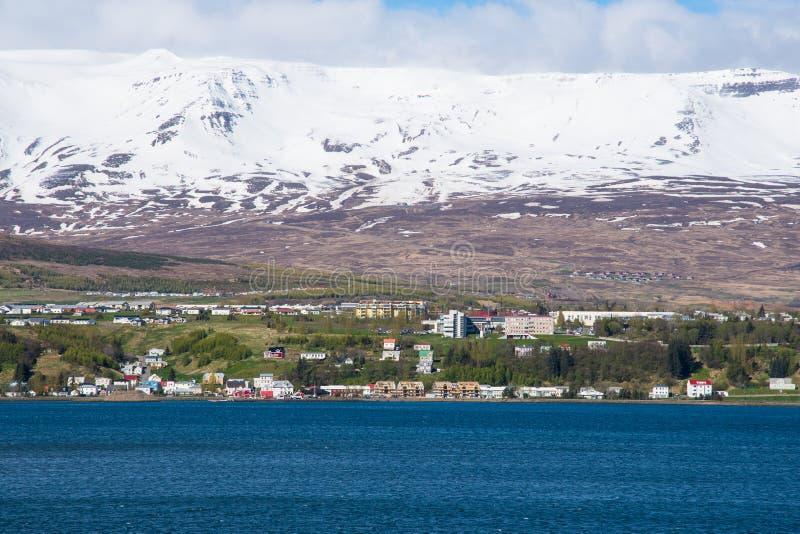 Ciudad de Akureyri en Islandia del norte foto de archivo
