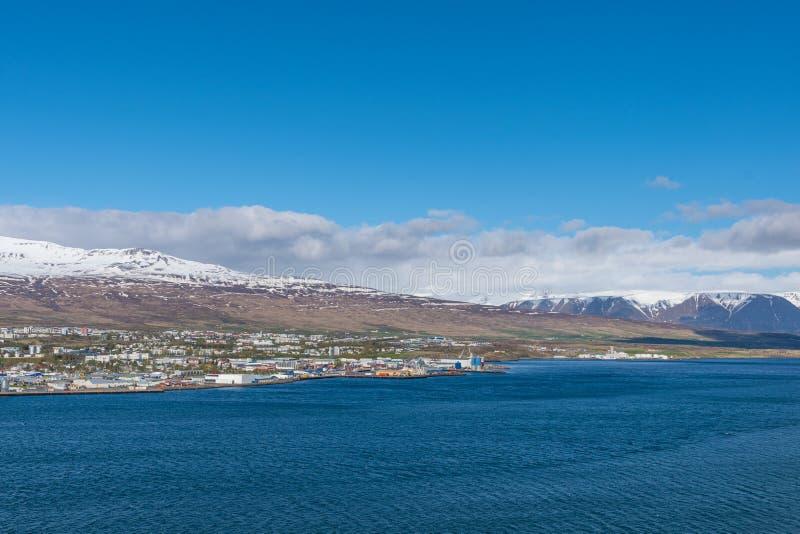 Ciudad de Akureyri en Islandia del norte fotos de archivo