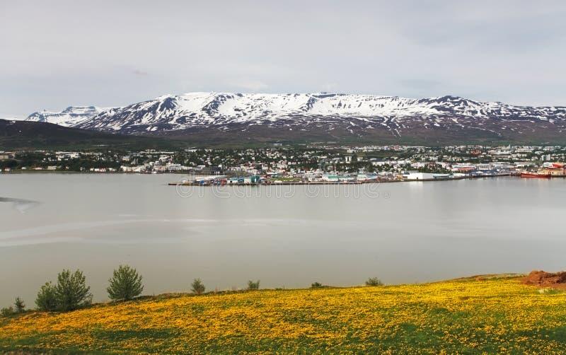 Ciudad de Akureyri - Islandia imagenes de archivo