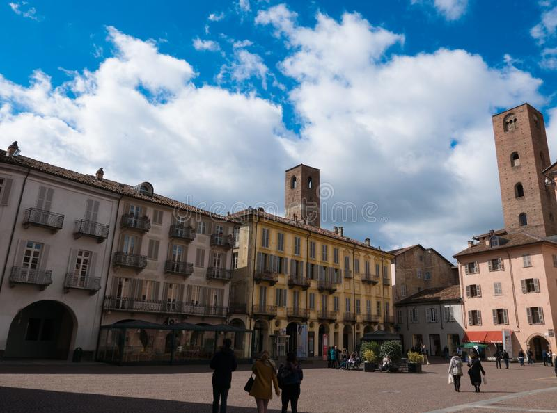 Ciudad de Alba en Piamonte, Italia septentrional imagen de archivo