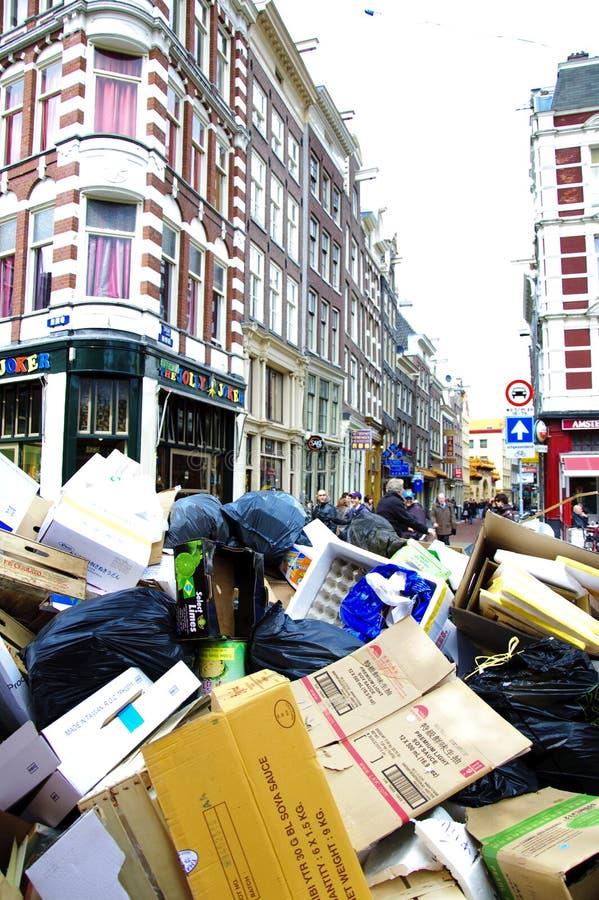 Ciudad de Amsterdam por completo de la basura imagenes de archivo