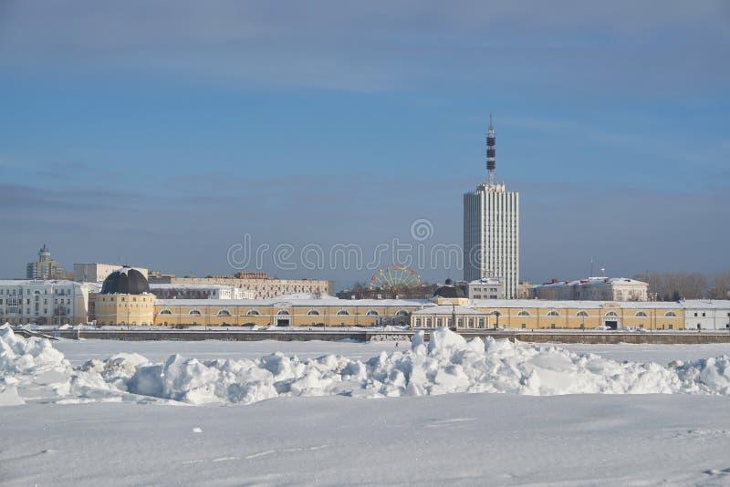 Ciudad de Arkhangelsk en invierno en el río imagenes de archivo