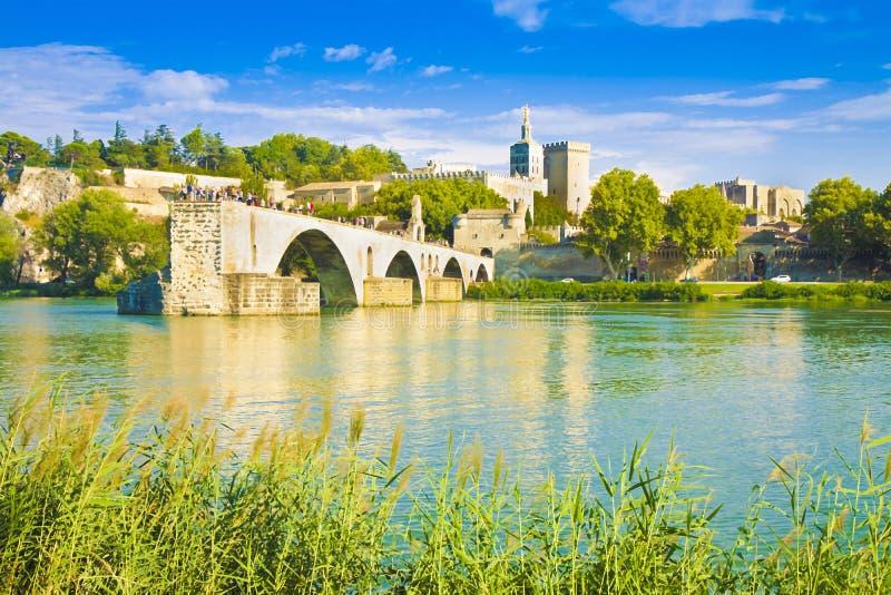 Ciudad de Aviñón con el puente medieval quebrado antiguo del santo Benezet Europa-Francia-Provence - imagen entonada arte con pin fotografía de archivo libre de regalías