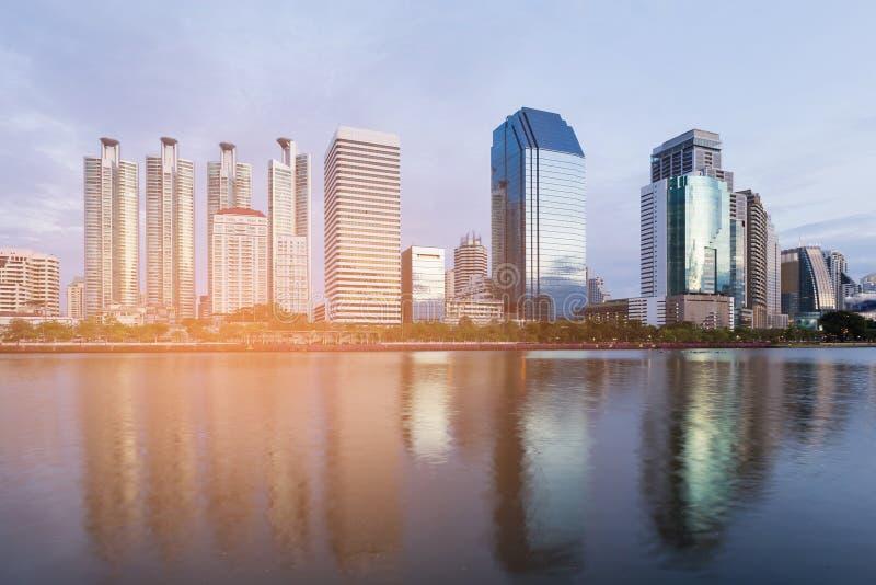 Ciudad de Bangkok del edificio de oficinas céntrica con la reflexión del agua fotografía de archivo libre de regalías