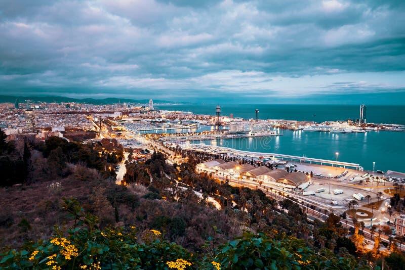 Ciudad de Barcelona en la hora azul de la noche con las luces imagen de archivo libre de regalías