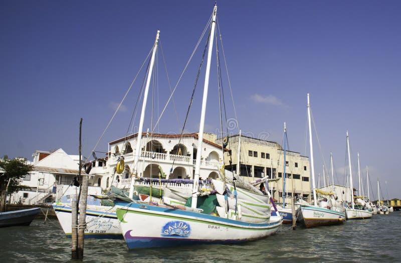 Ciudad de Belice - barcos de vela coloridos imagen de archivo libre de regalías