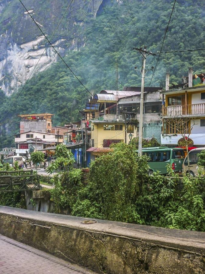 Ciudad de Calientes de los Aguas en Perú imagenes de archivo
