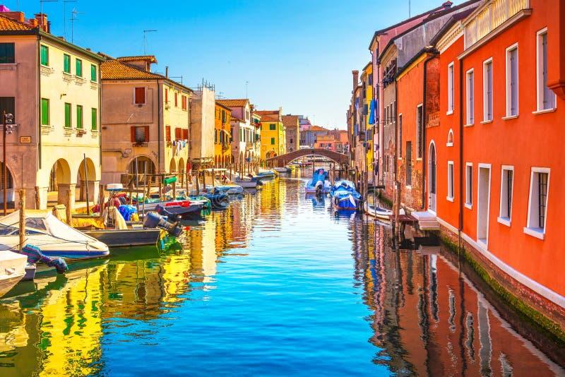 Ciudad de Chioggia en la laguna, el canal del agua y la iglesia venecianos Véneto imagen de archivo