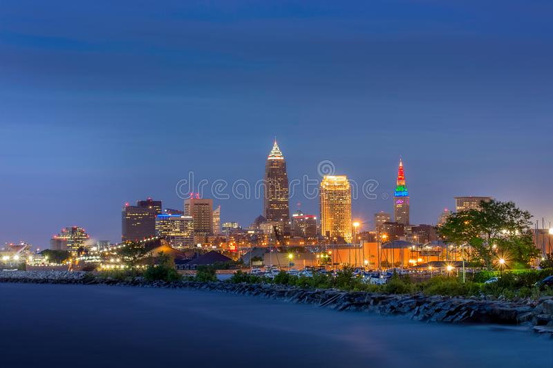 Ciudad de Cleveland en la oscuridad con el lago Erie fotografía de archivo
