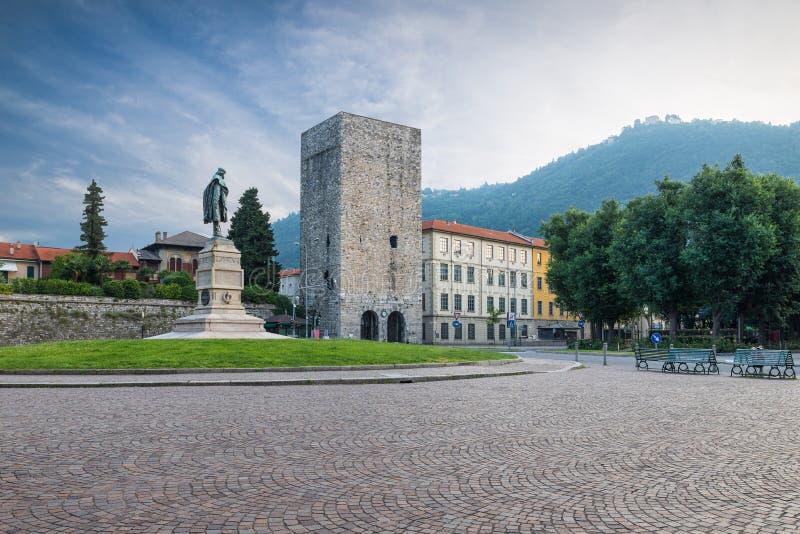 Ciudad de Como, centro histórico, lago Como, Italia La visión pintoresca, Vittoria cuadrado y la torre medieval llamaron Porta To fotos de archivo libres de regalías