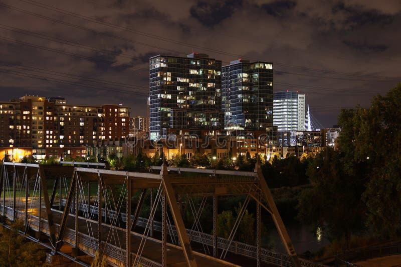 Ciudad de Denver por noche imagen de archivo