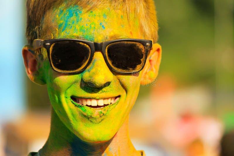 Ciudad de Dnipro, Dnepropetrovsk, Ucrania 25 06 2018 El hombre joven con el pelo cubierto con la pintura coloreada está sonriendo fotos de archivo