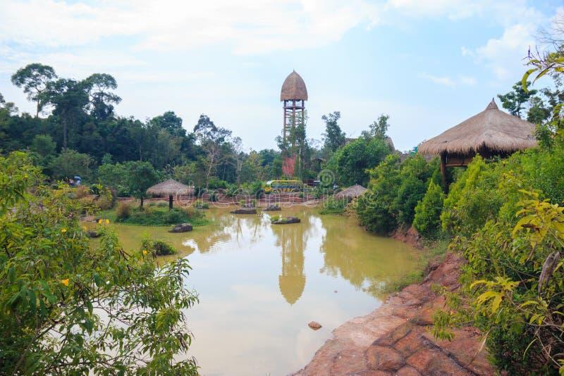 Ciudad de Duong Dong, Phu Quoc, Vietnam - diciembre de 2018: torre cerca del lago en parque del safari fotografía de archivo libre de regalías