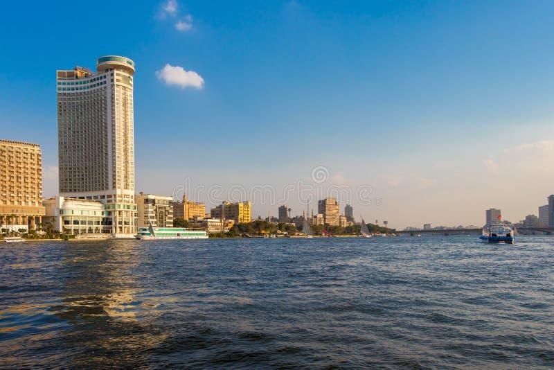 Ciudad de El Cairo con los rascacielos del horizonte y los barcos de navegación urbanos foto de archivo libre de regalías