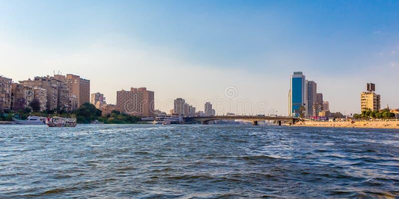 Ciudad de El Cairo con un horizonte urbano, los rascacielos, el puente y los barcos de navegación fotos de archivo libres de regalías